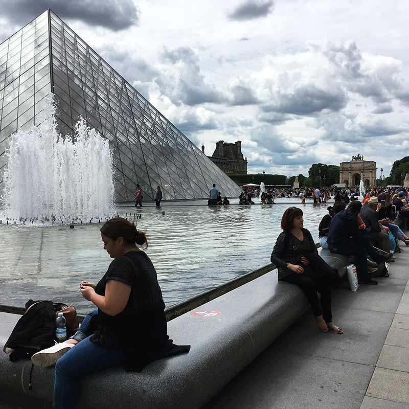 piramide del louvre paris
